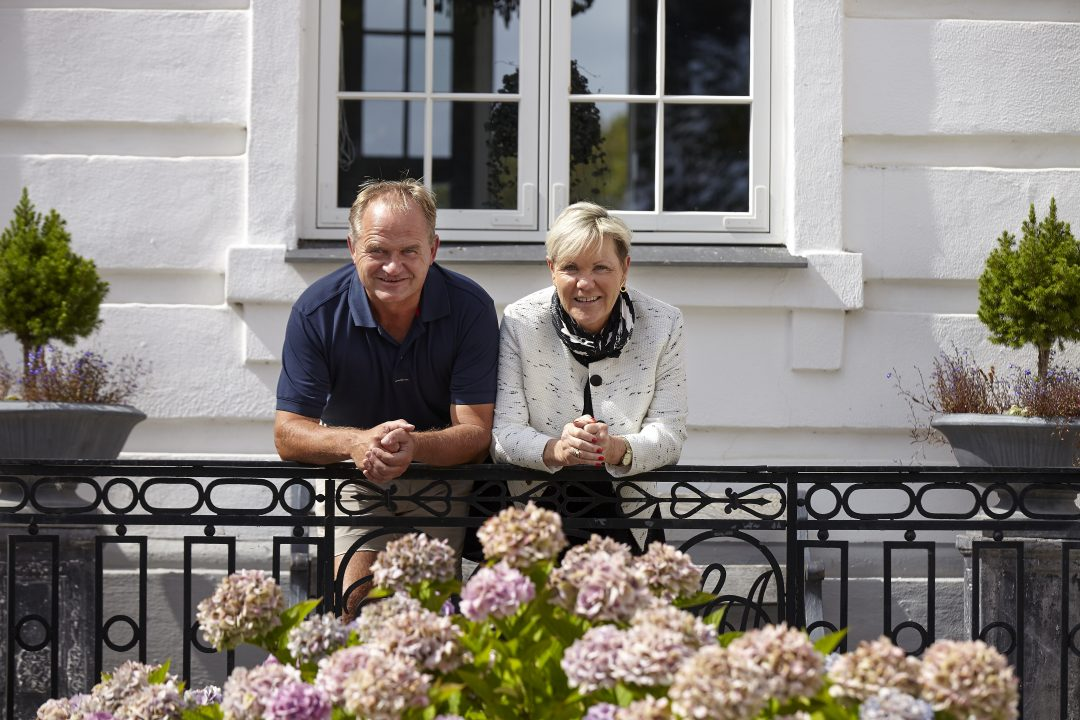 Godsejer Birgitte Dinesen og godsforvalter Olav Ditlevsen på godsets hovedtrappe.